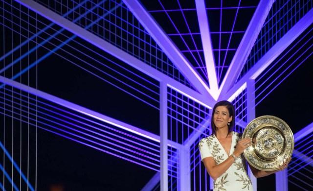 VTM001 LONDRES (REINO UNIDO), 17/07/2017.- Fotogafía cedida por el All England Lawn Tennis Cub (AELTC), con fecha del 16 de julio del 2017, y publicada hoy, 17 de julio del 2017, que muestra a la tenista española Garbiñe Muguruza mientras posa con su trofeo de individuales femeninos de Wimbleon en Londres (Reino Unido). Muguruza recuperó este lunes diez posiciones en el ránking mundial y es quinta tras su triunfo en Wimbledon. EFE/AELTC / ROBERT MARTIN/SÓLO USO EDITORIAL/PROHIBIDO SU USO COMERCIAL