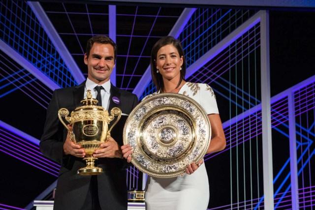 VTM007 LONDRES (REINO UNIDO), 17/07/2017.- Fotogafía cedida por el All England Lawn Tennis Club (AELTC), con fecha del 16 de julio del 2017, y publicada hoy, 17 de julio del 2017, que muestra al tenista suizo Roger Federer (i) y a la tenista española Garbiñe Muguruza mientras posan con sus trofeos de Wimbleon en Londres (Reino Unido). EFE/AELTC / ROBERT MARTIN/SÓLO USO EDITORIAL/PROHIBIDO SU USO COMERCIAL