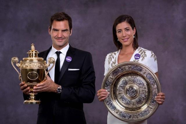 VTM001 LONDRES (REINO UNIDO), 17/07/2017.- La tenista española Garbiñe Muguruza (d) y el suizo Roger Federer posan con sus trofeos de Wimbleon en Londres (Reino Unido), ayer, 16 de julio del 2017. EFE/All England Lawn Tennis Cub / ROBERT MARTIN/SÓLO USO EDITORIAL/PROHIBIDO SU USO COMERCIAL