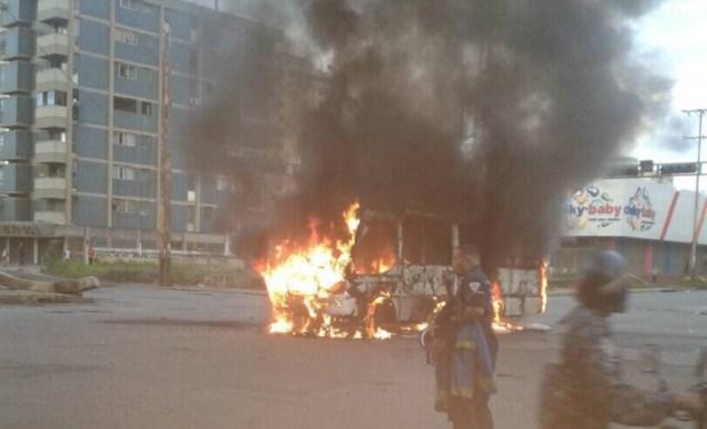 Unidad de transporte público incendiado en Valencia // Foto @galindojorgemij