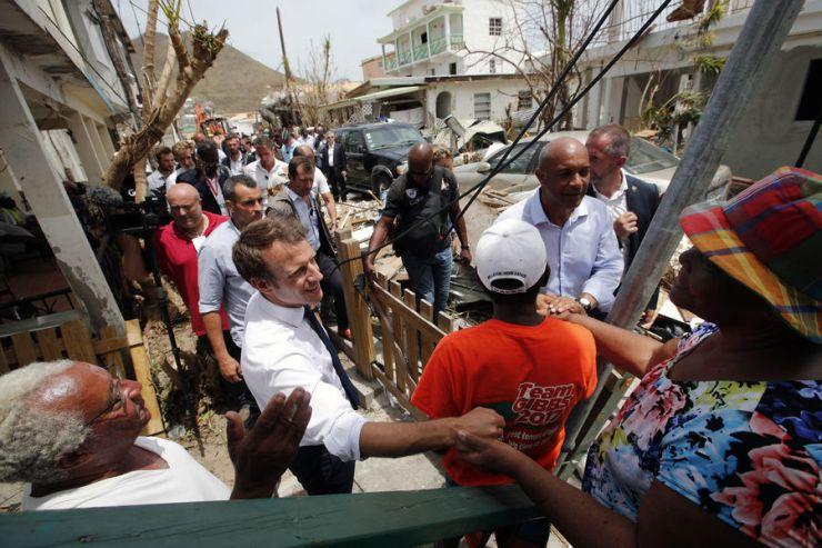 El presidente de Francia, Enmanuel Macron, comparte con los habitantes de San Martín / foto AFP