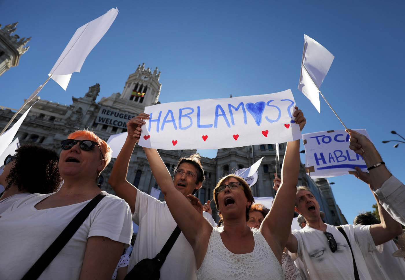 """A couple hold a sign which reads """"Shall we talk?"""" in Spanish during a demonstration in favour of dialogue to resolve Catalonia´s bid for independence, in Madrid, Spain, October 7, 2017. REUTERS/Sergio Perez"""