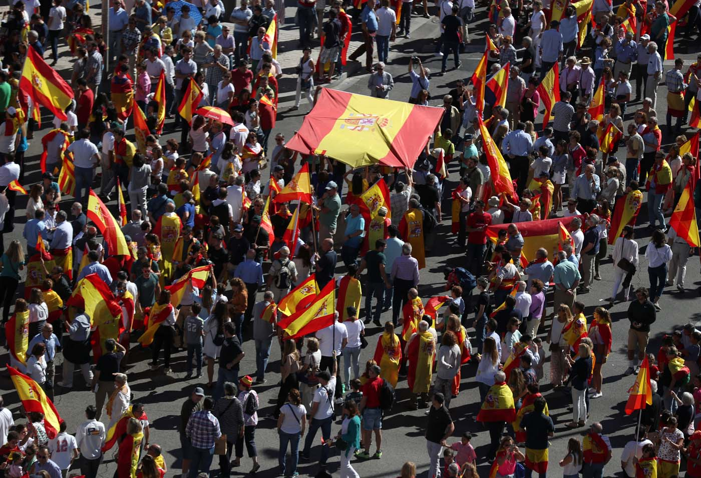 People take part in a pro-union demonstration in Madrid, Spain, October 7, 2017. REUTERS/Sergio Perez