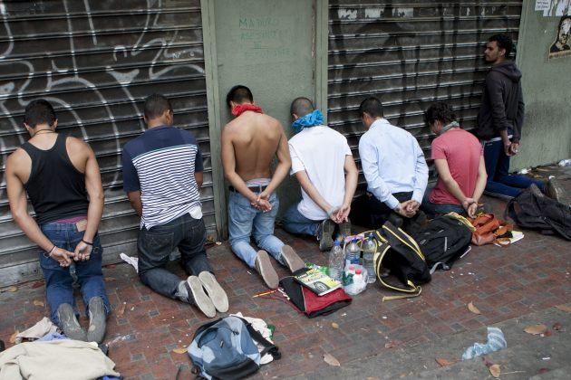 Integrantes de la Policía Nacional Bolivariana (PNB) detienen a manifestantes opositores este martes 1 de abril (Foto EFE)