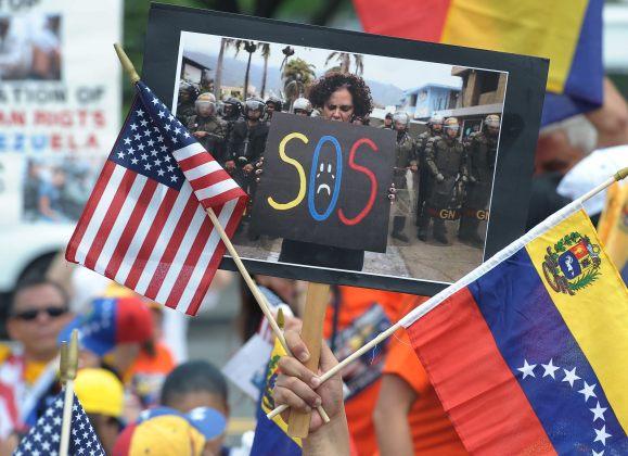 Venezolanos residentes en Estados Unidos llegaron a Washington para pedir sanciones contra funcionarios de Maduro (Foto EFE)