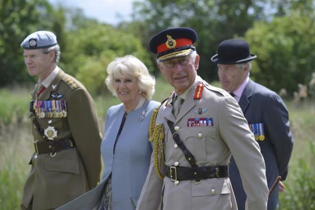"""Fotografía facilitada por el Ministerio de Defensa británico hoy, jueves, 5 de junio del 2014, que muestra al príncipe Carlos de Gales, coronel jefe de las Fuerzas Aéreas (2-d) y la duquesa de Cornualles, Camila (2-i), posando para una fotografía junto a los veteranos durante una visita al Puente Pegasus para colocar una guirnalda en el monumento conmemorativo Glider Pilot, en Colleville-Montgomery, Francia, hoy, jueves, 5 de junio del 2014. El príncipe de Gales y su esposa se reúnen durante su visita con veteranos de la Segunda Guerra Mundial, entre ellos del Regimiento de Pilotos de Planeadores y de la brigada """"Pegasus"""". EFE/Andy Reddy"""