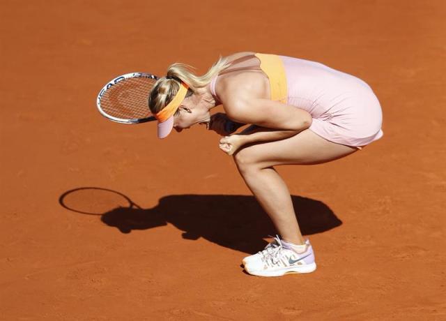 La tenista rusa Maria Sharapova celebra su victoria ante la canadiense Eugenie Bouchard durante el partido correspondiente a las semifinales de Roland Garros disputadas en París, Francia hoy 5 de junio de 2014. EFE/Etienne Laurent
