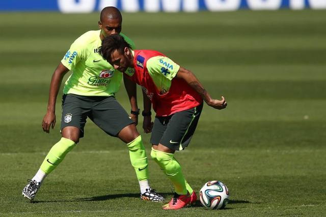 """Maicon (i) y Neymar (d) de la selección brasileña de fútbol participan en un entrenamiento con su equipo hoy, jueves 5 de junio de 2014, en el hotel de concentración previo al Mundial de Fútbol Brasil 2014 de la FIFA, en Teresópolis (Brasil). Scolari afirmó que su equipo no necesita que Neymar juegue bien todos los días y agregó que la aportación del delantero es """"maravillosa"""" cuando se esfuerza en el campo. EFE/Marcelo Sayão"""