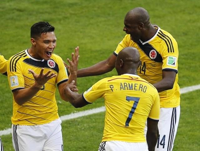 El delantero de Colombia Teofilo Gutierrez (I) celebra con sus compañeros Pablo Armero y Victor Ibarbo (D) tras marcar en la victoria de su equipo 3-0 sobre Grecia por el Grupo C del Mundial en Belo Horizonte