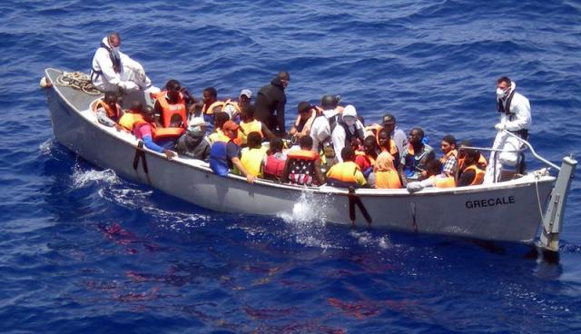 Foto: Fotografía cedida por la marina de Italia hoy, lunes 30 de junio del 2014, que muestra un barco en el que varios inmigrantes fueron rescatados entre Sicilia y el Norte de África ayer. EFE/Italian Navy