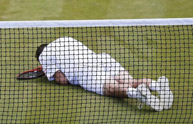 Foto:  El tenista suizo Stan Wawrinka se lamenta tras escurrirse durante su encuentro ante el tenista de Uzbekistán Denis Istomin en el torneo de Wimbledon disputado en el All England Club en Londres (Reino Unido) hoy, lunes 30 de junio del 2014. EFE/Valdrin Xhemaj