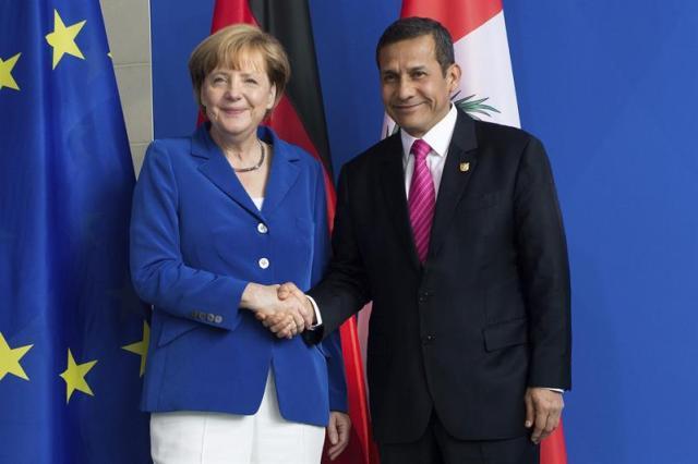 La canciller alemana, Angela Merkel (i), recibe al presidente de Perú, Ollanta Humala (d), durante su encuentro en Berlín. Foto EFE