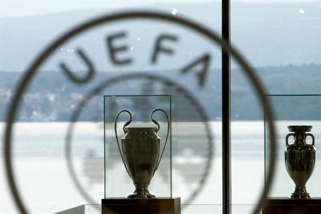 Vista del trofeo de la Liga de Campeones (i) y el trofeo Henri Delaunay (d) son fotografiados en la sede de la UEFA en Nyon (Suiza).EFE