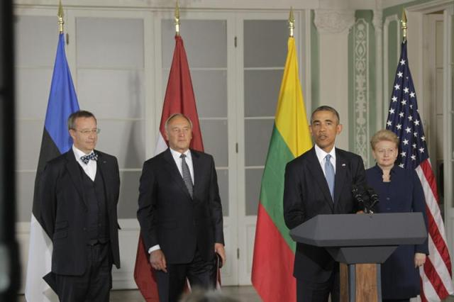 Imagen cedida por la oficina de prensa de la presidencia letona del presidente estadounidense, Barack Obama (2d), junto a su colega estonio, Toomas Hendrik Ilves (izda), el letón Andris Berzins (2i), y la lituana Dalia Grybauskaite, durante la rueda de prensa ofrecida tras la reunión mantenida en Tallin, Estonia, el 3 de septiembre del 2014. Obama llegó hoy a Tallin en una visita con el foco puesto en el conflicto en Ucrania y de la que las tres antiguas repúblicas soviéticas del Báltico -Estonia, Letonia y Lituania, todas ellas miembros de la OTAN- esperan un reforzamiento de su seguridad. EFE/Toms Kalnins