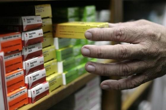 Imagen de archivo de un farmaceútico arreglando cajas de mediciona en Caracas
