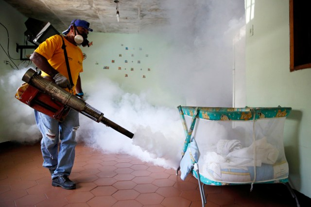 Fumigación en el municipio Sucre (foto Reuters)
