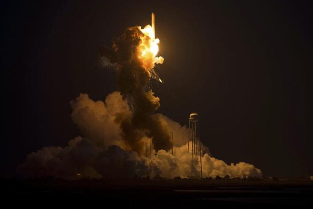 Fotografía facilitada por la NASA que muestra el momento de la explosión del cohete Antares de la firma privada Orbital Sciences Corporation, que transportaba más de 2 toneladas de carga para la Estación Espacial Internacional, al explotar hoy, miércoles 29 de octubre de 2014, poco después de su lanzamiento desde las instalaciones de la NASA en la Isla Wallops, en Virginia (Estados Unidos). La agencia espacial estadounidense (NASA) informó de que la explosión se produjo seis segundos después del lanzamiento del cohete, que quedó en llamas, por causas aún por determinar. EFE/Nasa/Joel Kowsky