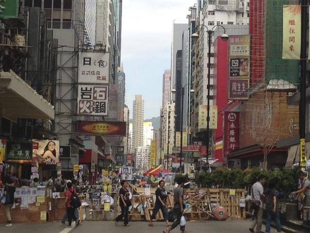 Parte de una de una de las acampadas que se iniciaron hace un mes en áreas de la antigua colonia británica del territorio de Hong Kong para pedir la democratización del sistema político local por los estudiantes de la ciudad, y que hoy siguen instaladas. La Federación de Estudiantes de Hong Kong ha exigido al Ejecutivo local negociar directamente con el primer ministro chino, Li Keqiang. EFE/ ANTONIO BROTO