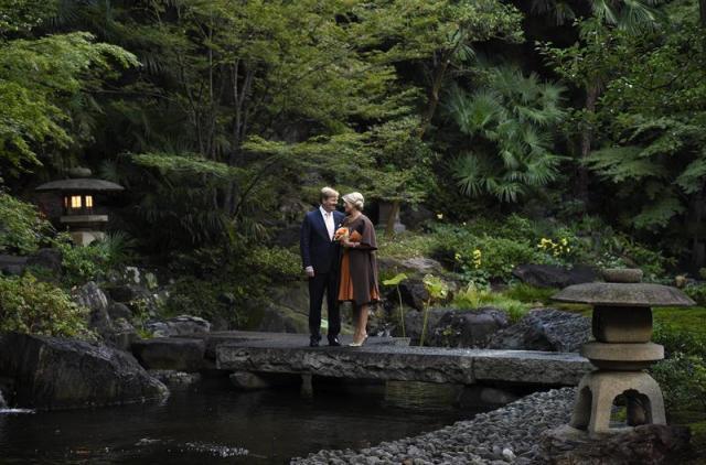 Los reyes Guillermo-Alejandro y Máxima de Holanda posan en el jardín del templo Seishoji en Tokio (Japón), hoy, miércoles 29 de octubre de 2014. La pareja realiza una visita de cuatro días a Japón. EFE/Franck Robichon