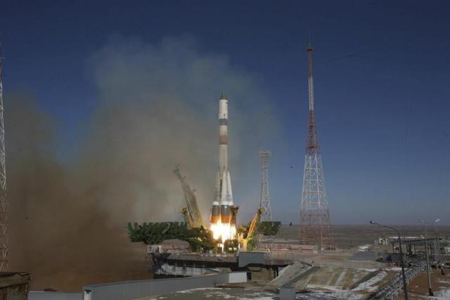 Fotografía facilitada por la Agencia Espacial Rusa que muestra el cohete portador Soyuz-2.1a con la nave Progress M-25M que transporta más de 2,5 toneladas de carga para la Estación Espacial Internacional (EEI) en Baikonur (Kazajistán) hoy, miércoles 29 de octubre de 2014. El carguero ruso fue lanzado desde el cosmódromo de Baikonur (Kazajistán) horas después de que un cohete Antares de la empresa privada estadounidense Orbital Sciences Corporation, con más de 2 toneladas de carga para la EEI, estallara tras su lanzamiento desde una base la NASA en la Isla Wallops (EEUU). El carguero automático ruso lleva en sus bodegas 1,4 toneladas de componentes del combustible que emplea la EEI para mantener la elevación de su órbita, 420 kilogramos de alimentos y agua, 48 kilogramos de aire y oxígeno, además de equipos científicos y material de mantenimiento. EFE/Roscosmos