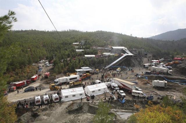Miembros de los equipos de rescate trabajan para sacar a los 18 mineros atrapados en un pozo en la mina de Ermenek en Karaman (Turquía) hoy, miércoles 29 de octubre de 2014. Las labores de rescate de los 18 mineros que quedaron atrapados el martes en una mina de carbón Turquía han proseguido toda la noche, pero hay pocas esperanzas de encontrar con vida a los trabajadores, informa hoy la cadena turca NTV. El nivel del agua en la mina alcanza 47 metros y tras horas de trabajo sólo había bajado uno, informa la citada cadena. EFE/Str