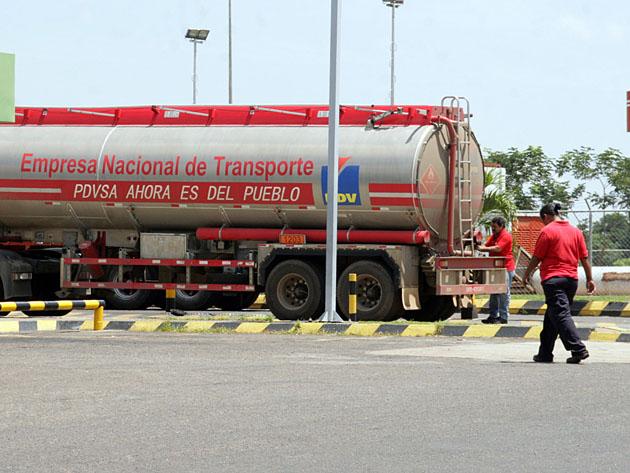 Después de tres días sin insumos, ayer al mediodía llegó el cargamento de gasolina. Foto: Carlos León