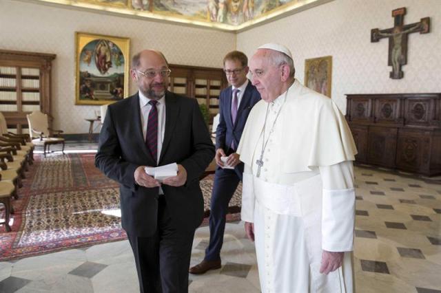 El papa Francisco (d) y el presidente del Parlamento Europeo, Martin Schulz, durante una audiencia privada en la biblioteca del pontífice en el Vaticano, hoy, jueves 30 de octubre de 2014. EFE/ANDREW MEDICHINI / POOL