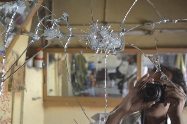 Agentes de seguridad inspeccionan el lugar donde se ha producido un ataque con granada en una barbería en Quetta (Pakistán) hoy, miércoles 1 de octubre de 2014. Dos hombres han muerto y otros 8 han resultado heridos. EFE/Jamal Tarakai