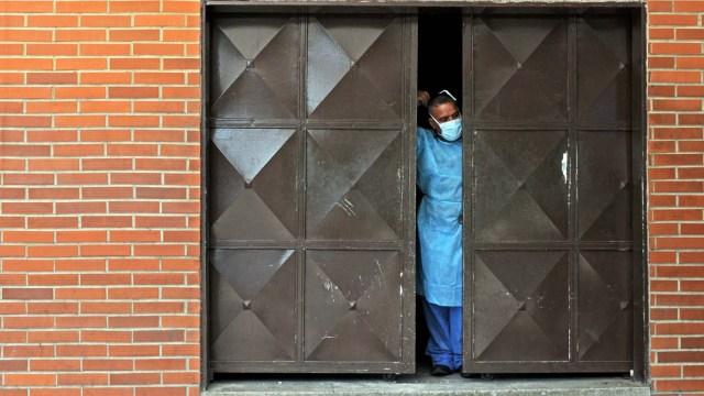Un trabajador de la morgue de Barquisimeto (Foto AFP)