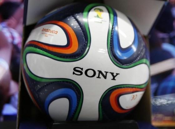 El logo de Sony visto en Brazuca, la pelota oficial de la Copa del Mundo 2014 de la FIFA, en Tokio. Imagen de archivo, 10 junio, 2014. El fabricante japonés de productos electrónicos Sony Corp no tiene planes de renovar su contrato de patrocinio con la FIFA, el ente rector del fútbol mundial, ya que necesita priorizar sus esfuerzos de reestructuración, dijeron fuentes cercanas al asunto a Reuters. REUTERS / Issei Kato