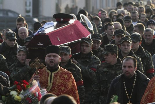 Soldados ucranianos trasladan el ataúd con los restos mortales de su compañero, Igor Rozlutskiy, que murió en una batalla en la región de Donetsk, durante su funeral, en Uzhgorod, Ucrania