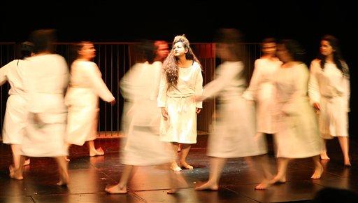 """Presas de la cárcel de mujeres El Buen Pastor interpretan la tragedia griega """"Antígona"""" durante el segundo Festival de Teatro Carcelario anual en Bogotá, Colombia"""