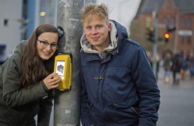 Los inventores Amelie Kuenzler y Sandro Engel posan con su última creación, un juego interactivo colocado en los semáforos para que el peatón no se aburra hasta que el semáforo cambie en verde en la localidad de Hildesheim, Alemania hoy 18 de noviembre de 2014. EFE/Julian Stratenschulte