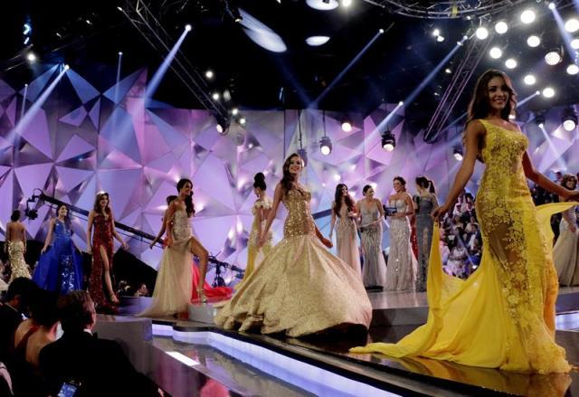 Las candidatas al reinado nacional de belleza de Colombia desfilan hoy, lunes 17 de noviembre de 2014, durante la ceremonia de elección y coronación de Miss Colombia, en Cartagena (Colombia). EFE/RICARDO MALDONADO ROZO