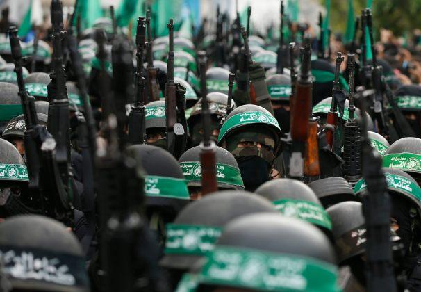 Foto: Miembros palestinos de al -Qassam , el brazo armado del movimiento Hamas , participan en un desfile militar que marca el 27 aniversario de la fundación de Hamas / Reuters