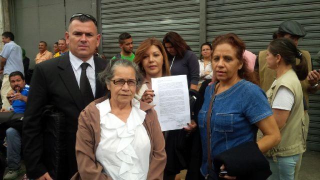 La madre y abuela de Lorent Gómez S, Elenis Rodríguez y William Jiménez en el momento de consignar la denuncia en el Ministerio Público / Foto LP