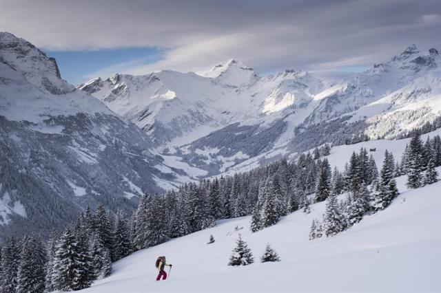 Una esquiadora realiza su ruta por el pico Fanenstock en Elm, Suiza, hoy, 29 de diciembre de 2014. Varias partes del país y diferentes zonas de Europa han sufrido fuertes nevadas en los últimos días. EFE/GIAN EHRENZELLER