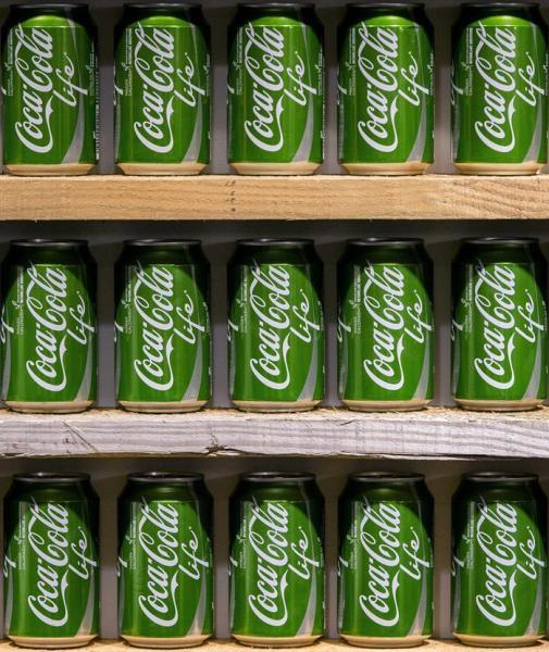 Botes de color verde de la edición temporal de Coca-Cola Life exhibidas en una tienda de la estación central de Rotterdam (Holanda) hoy, lunes 29 de diciembre de 2014. La nueva bebida está endulzada con azúcar y stevia y se presentó en el país hoy. EFE/Bart Maat