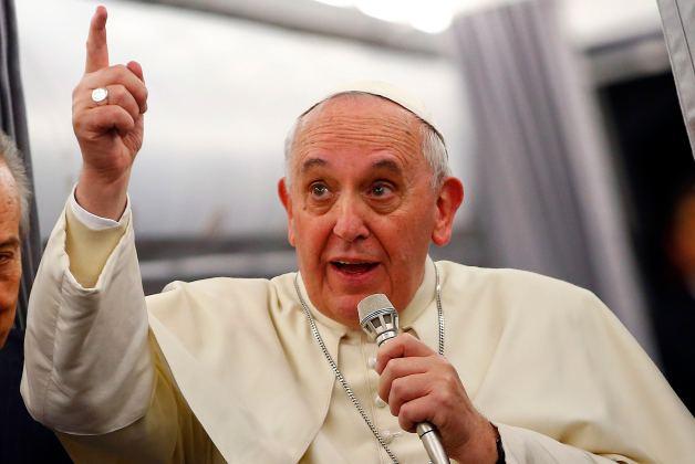 En la imagen de archivo, el Papa Francisco gesticula mientras habla a periodistas en su vuelo de regreso de Estambul a Roma