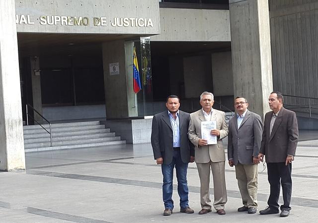 Pablo Medina TSj junto con sus abogados 1