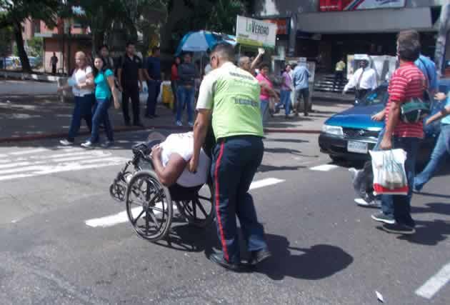 Paró-el-tráfico-para-exigir-que-le-dieran-una-silla-de-ruedas