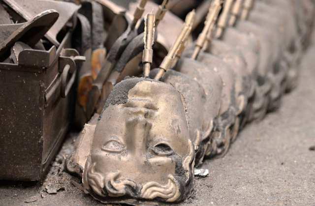 Foto: Parcialmente completados los premios de la Academia Británica de Cine y Televisión (BAFTA) máscaras de bronce se ven en una fundición en el oeste de Londres, 27 de enero de 2015. Las máscaras se está colando / REUTERS