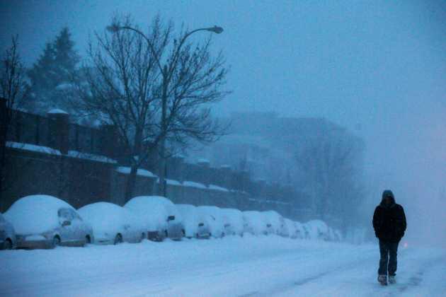 Foto: Una persona camina bajo la nieve durante una tormenta en Somerville, 27 enero, 2015. El noreste de Estados Unidos quedó cubierto el martes por más de 30 centímetros de nieve tras una tormenta que no llegó a ser tan dura como aseguraban alarmantes pronósticos, que llevaron a la cancelación de miles de vuelos, cierres de escuelas y límites a la circulación de vehículos. REUTERS