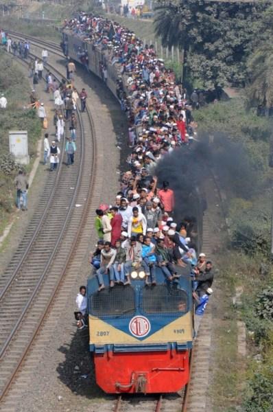 Participantes musulmanes viajan en un tren abarrotado después de la conclusión de la Congregación Musulmana Mundial , también conocido como Biswa Ijtema , en Tongi , en las afueras de la capital de Bangladesh Dhaka , el 11 de enero de 2015. Los musulmanes que asisten a una de las mayores reuniones religiosas del mundo se unieron el coro de condena 09 de enero por el ataque mortal contra un semanario satírico francés , diciendo que los asesinatos era contraria a los principios del Islam . De Bangladesh Biswa Ijtema , o mundo musulmán Congregación , es la recolección islámica segundo más grande del mundo después de la peregrinación de devotos procedentes de todo el mundo para orar y escuchar los imanes predican durante tres días. AFP