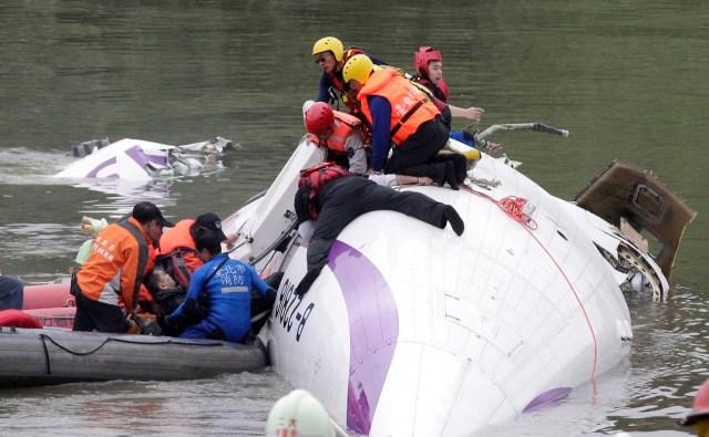 En la imagen, las labores de rescate del avión en New Taipei City