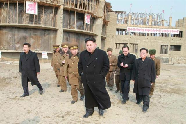 Fotografía sin fechar disponible por el periódico Rodong Sinmun del partido de los Trabajadores de Corea, este, 11 de febrero de 2015, que muestra al líder norcoreano, Kim Jong-un (c), durante una visita al lugar donde se construye un orfanato en Wonsan, en la costa este de Corea del Norte. EFE/RODONG SINMUN/PROHIBIDO SU USO EN COREA DEL SUR