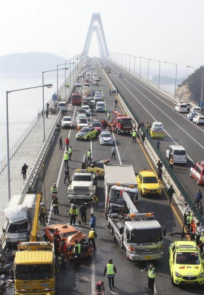 Bomberos trabajan en el Gran puente Yeongjong en Incheon (Corea del Sur) donde se ha producido un accidente en cadena provocado por la intensa niebla que ha involucrado a unos 100 vehículos, ha costado la vida a dos personas y en el que más de 30 han resultado heridos. EFE/James Park