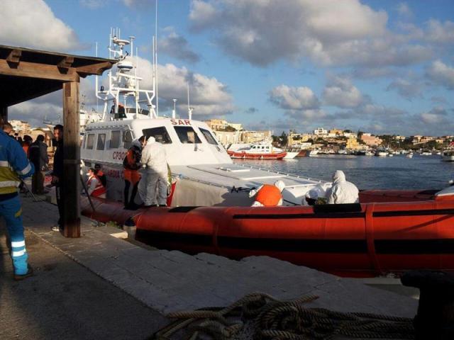 Un barco de la Guardia Costera italiana, con inmigrantes a bordo, llega al puerto de Lampedusa (Italia) hoy, miércoles 11 de febrero de 2015. Al menos 200 inmigrantes han muerto mientras atravesaban el Canal de Sicilia, según el testimonio de varios rescatados que viajaban con ellos y que recogió una portavoz del Alto Comisionado de las Naciones Unidas para los Refugiados (UNHCR). EFE/Stringer