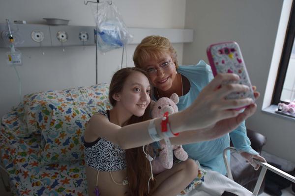 Foto: La Presidenta Bachelet durante su visita a Valentina en el Hospital Clínico de la Universidad Católica / emol.com