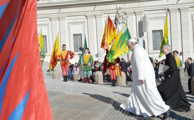 El papa Francisco atraviesa la Plaza de San Pedro hacia la audiencia pública de los miércoles en el Vaticano, hoy, 11 de febrero de 2015. EFE/Maurizio Brambatti
